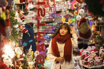 'Lên đồ' check-in phố Hàng Mã, Hà Nội, lung linh sắc màu đón Giáng Sinh