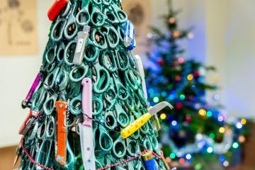 Thông điệp tích cực từ cây thông Noel làm bằng dao và súng tại sân bay của Litva