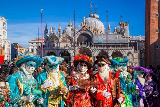 Lặn đón năm mới và những lễ hội mùa đông độc đáo không thể bỏ lỡ khắp châu Âu