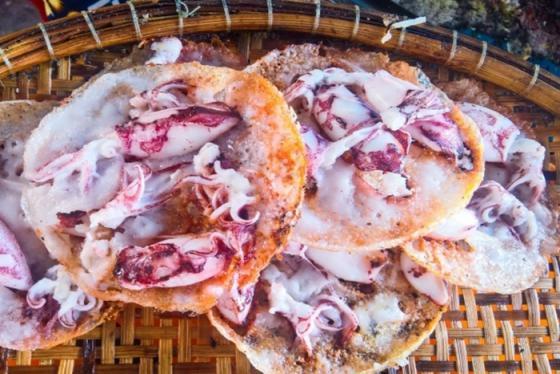 Bánh xèo mực và 3 món bánh ngon nức tiếng ở Khánh Hòa khiến bạn mê đắm đuối
