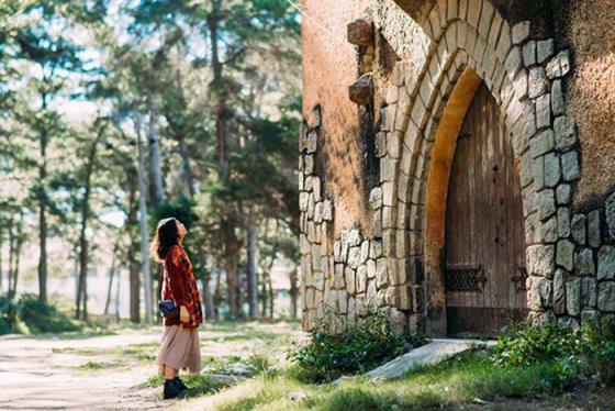Chẳng ai ngờ tu viện bỏ hoang ở Đà Lạt lại trở thành background hoàn hảo cho bộ ảnh triệu like